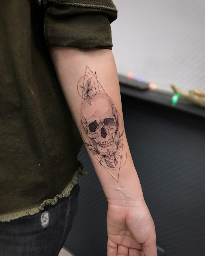 Татуировка в стиле акварель солнце на закате и перо на руке