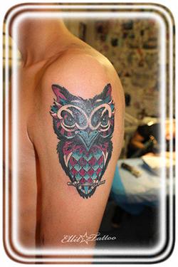 Татуировка сделанная на плече мужчины в виде совы