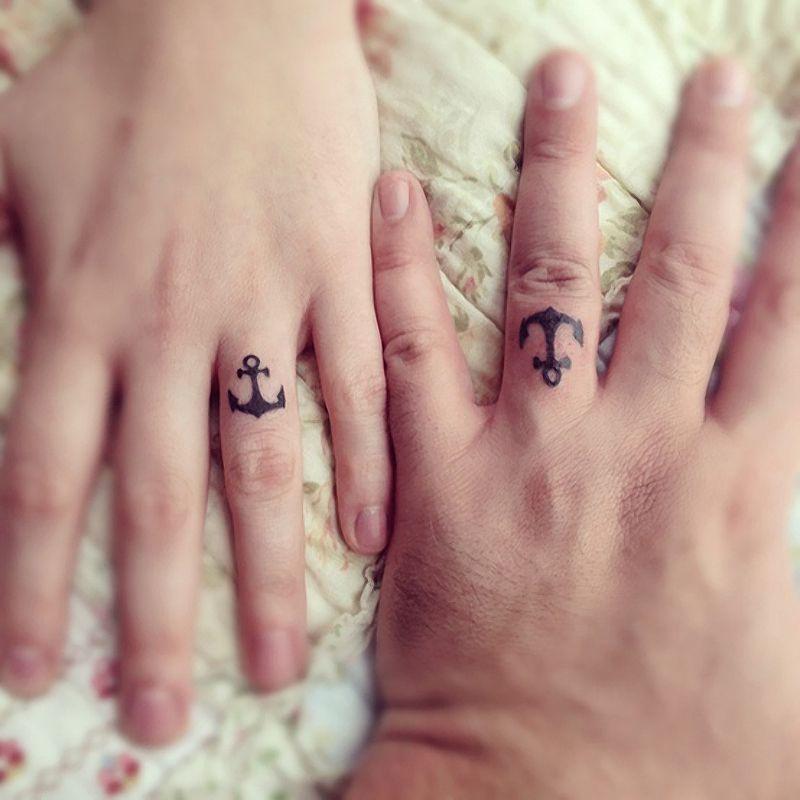 Татуировки на руках в виде колец