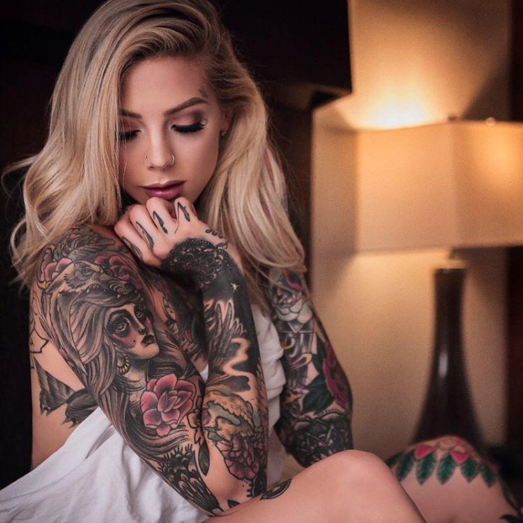 молодой девки с татуировками полгода